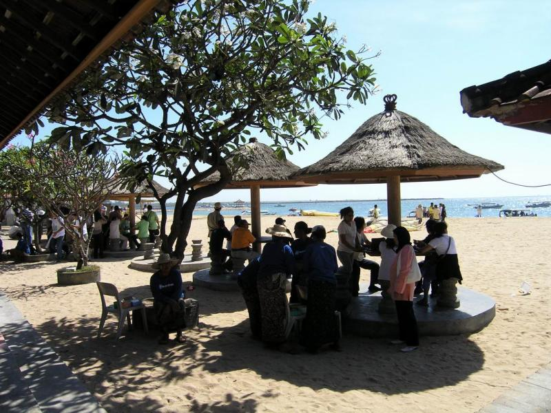 Rest at the many huts in Tanjung Benoa